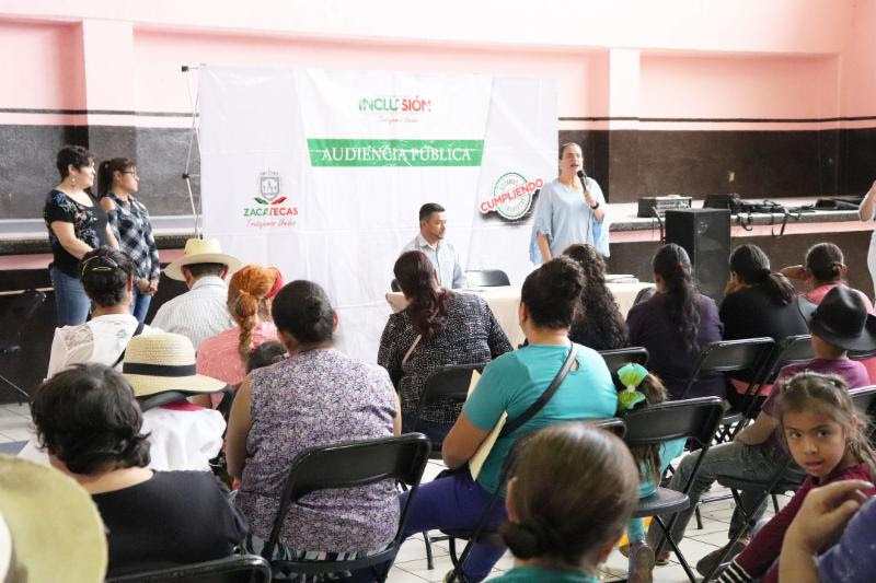 En la imagen presidium de la Audiencia Pública en García de la Cadena, con la Titular del Instituto para la Atención en Inclusión de las Personas con Discapacidad al microfono