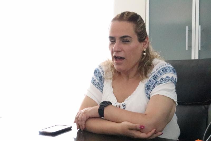 Foto de la Titular del Instituto en entrevista