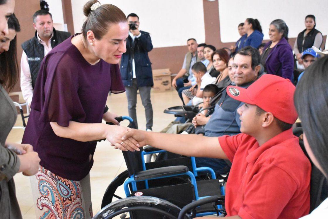 Foto de PERSONAS CON DISCAPACIDAD DE 14 MUNICIPIOS RECIBEN SILLAS DE RUEDAS, ANDADERAS Y BECAS DE PAÑALES